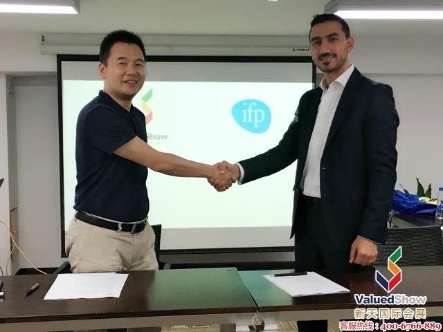 卡塔尔建材展签约仪式图: 左为新天会展的总经理郭峰,右为IFP展览集团Ghassan